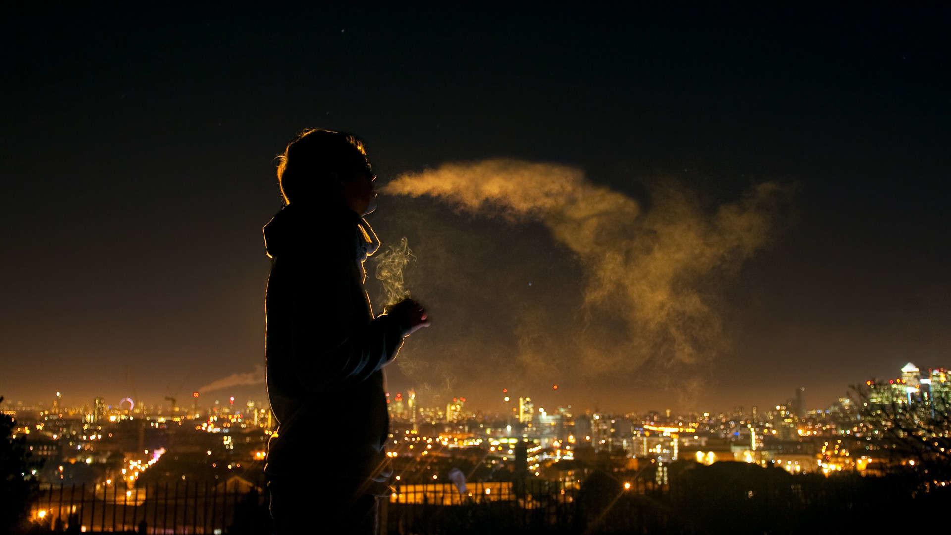 Hình ảnh trai buồn hút thuốc