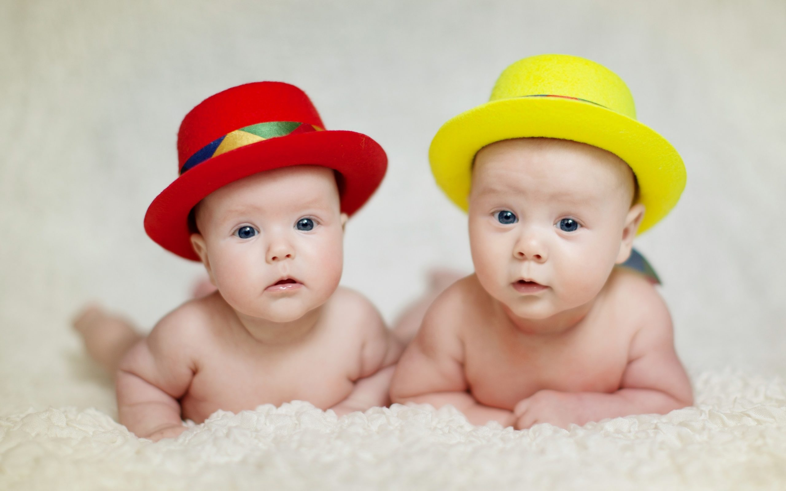 Hình ảnh 2 em bé ngộ nghĩnh đáng yêu