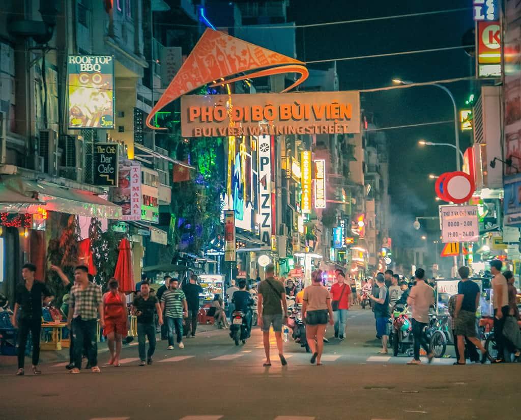 Hình ảnh về đêm của phố đi bộ Bùi Viện